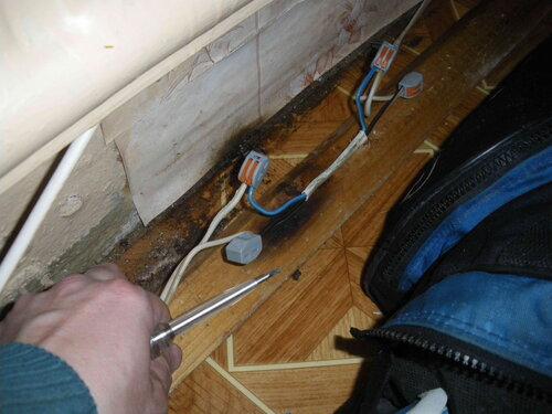 Фото 11. Повреждённый участок условно-стационарной проводки удалён. Монтируется ремонтная вставка.