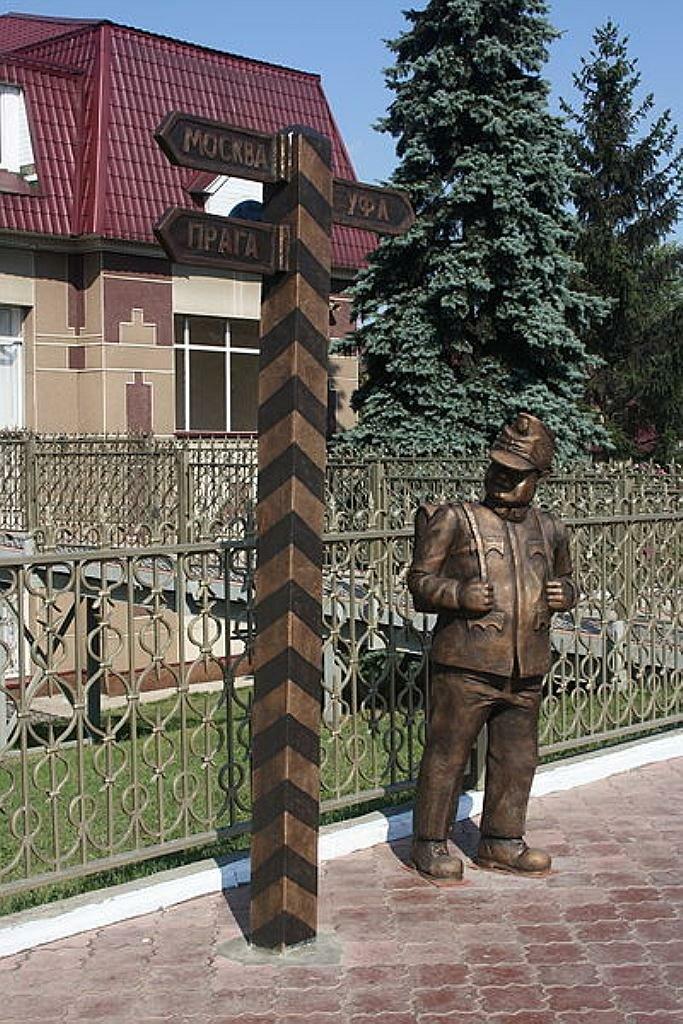 Бравый солдат Швейк на вокзале в Бугульме. г. Бугульма, Россия