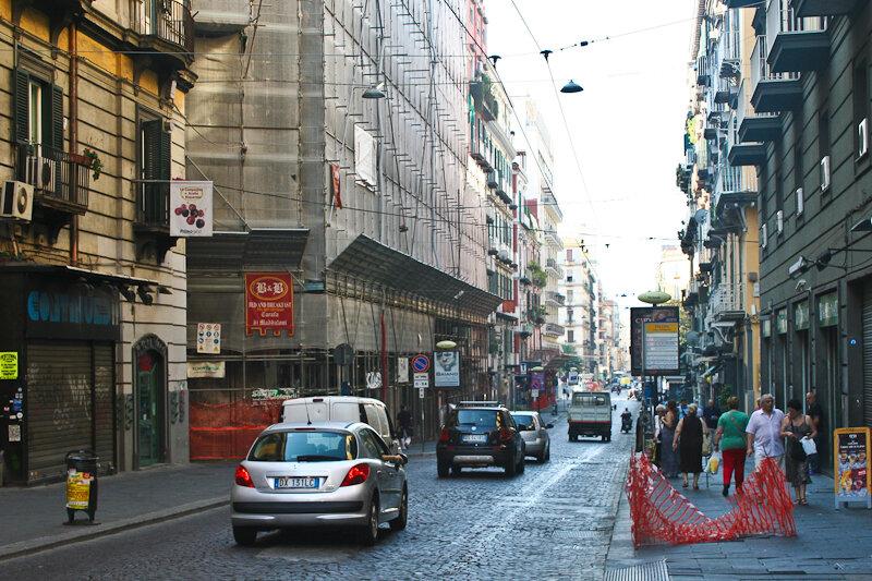 Граничит с Испанским кварталом оживленная и вполне безобидная торговая улица Толедо (via Toledo)