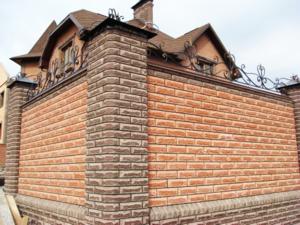 дом, отделанный гиперпрессованным кирпичом.