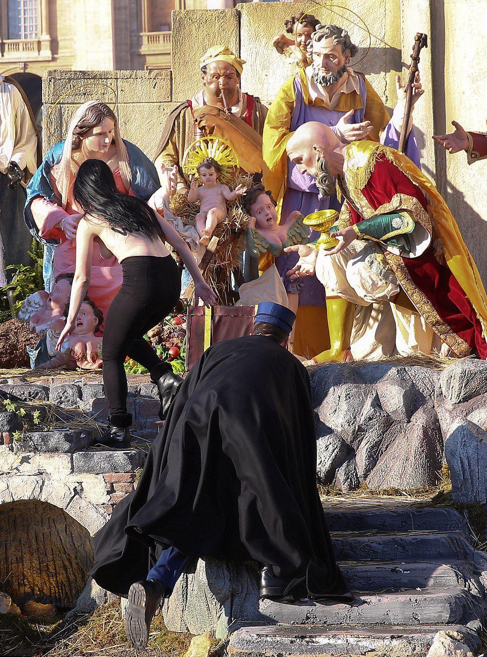 Украинская феминистка пыталась украсть статую младенца Иисуса в Ватикане