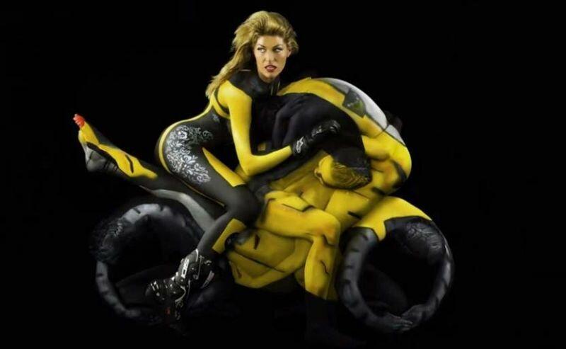 Мотоциклы из обнаженных женских тел