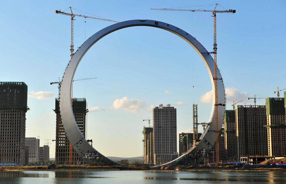 Строительство 157–метрового здания в Фушуне, провинция Ляонин, Китай.
