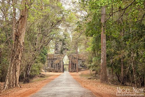 одни из многочисленных ворот в Ангкоре