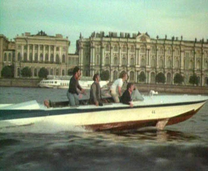76. И подплывают к Дворцовому мосту.