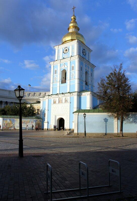 Новая велопарковка на Михайловской площади