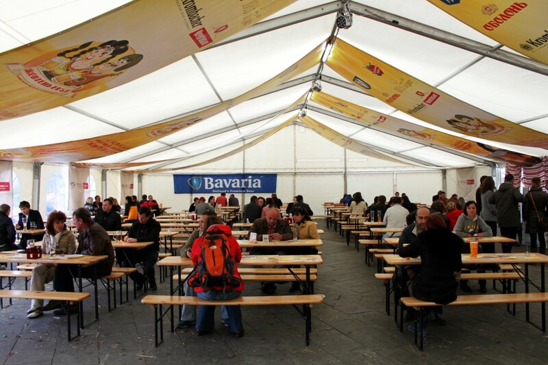 Посетители Жовтень Fest в главном шатре