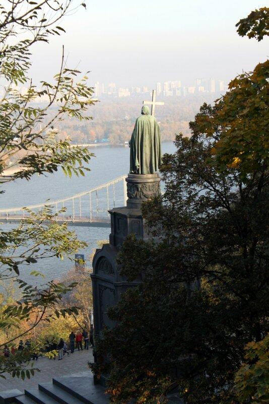 Вид на памятник Владимиру с верхней террасы
