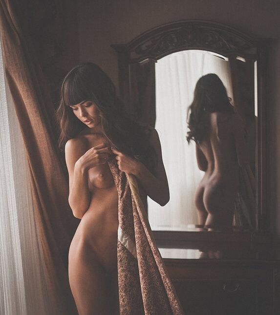 фото у зеркала голых девушек