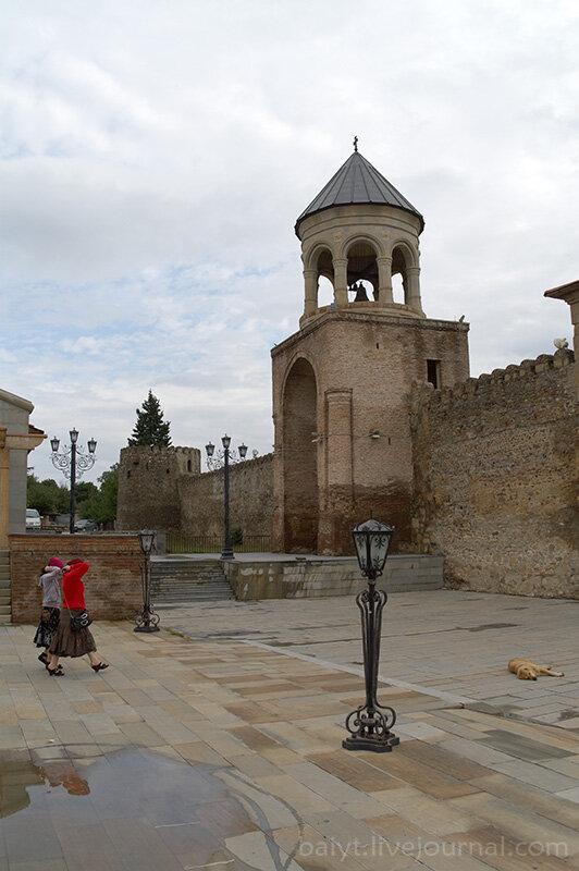 Светицховели. Звонница над входом в крепость