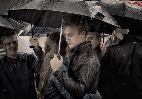с милым рай и под зонтом...