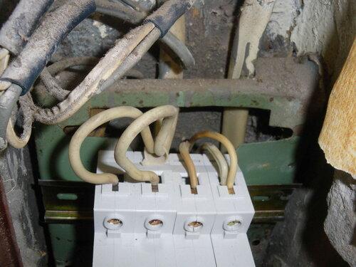 Фото 8. Новые автоматические выключатели. Вид сверху. Обратите внимание на потемнение изоляции проводов, подключенных к групповым автоматическим выключателям (справа).