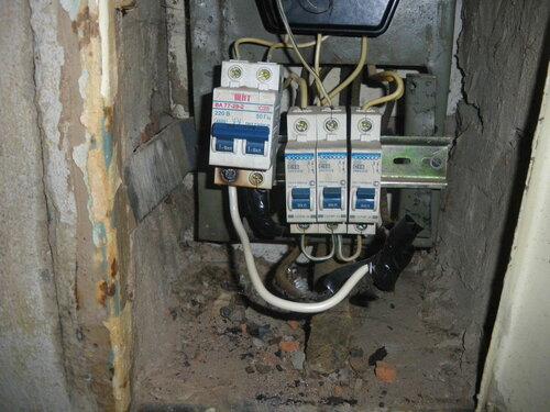 Фото 12. Автоматический выключатель включен, электроснабжение проблемного участка электроустановки квартиры восстановлено. Обратите внимание на подгорание контакта двухполюсного автоматического выключателя (слева).
