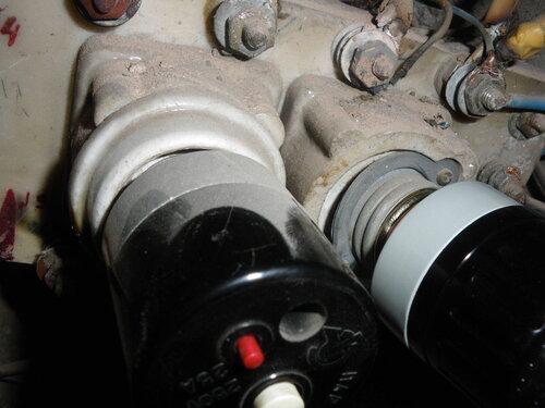 Фото 2. Справа некомплектное основание (патрон) предохранителя автоматического резьбового (ПАР). Отсутствуют керамическое кольцо и один из винтов держателя резьбовой части основания (патрона) ПАР. Слева - полный порядок.
