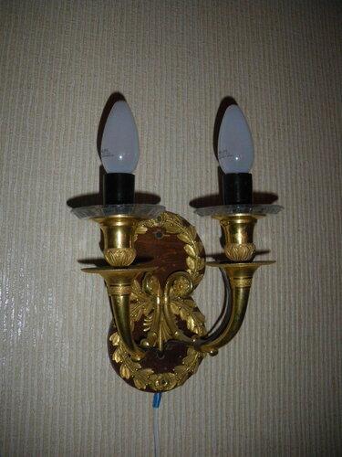 Фото 28. Сталинские бра, сделанные просто, но со вкусом, хорошо дополняют основной источник освещения комнаты - люстру.