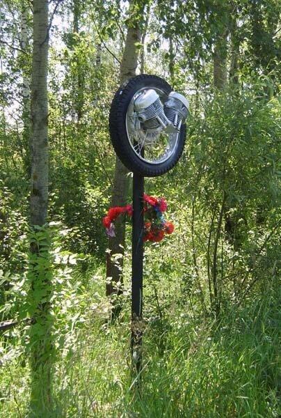здесь погиб мотоциклист