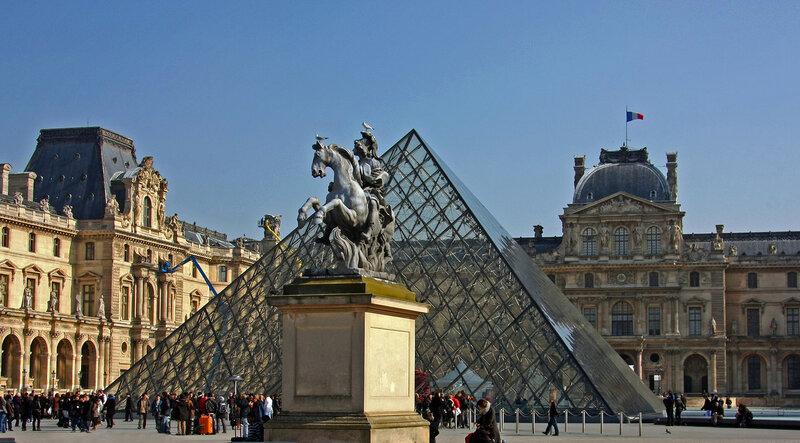 У входа в Лувр