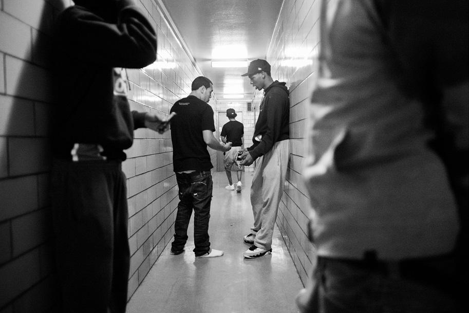 Торговля наркотиками — один из основных источников дохода банды. На фото совершается сделка по прода