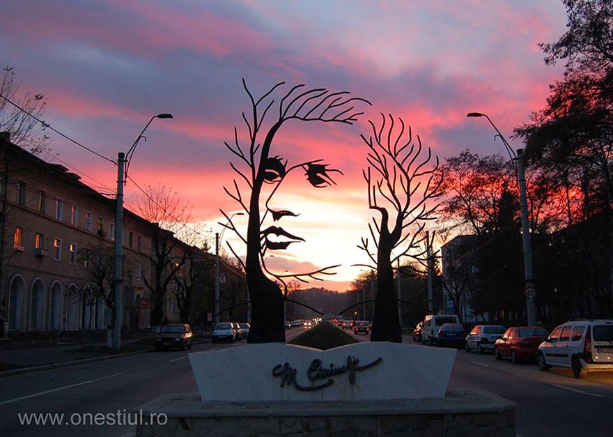 19. Михай Эминеску, Онешти, Румыния Памятник классику румынской литературы.