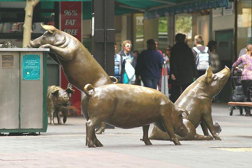 23. Свиньи перед торговым центром Rundle Mall, Аделаида, Австралия Хрюшек зовут Оливер, Августа, Гор