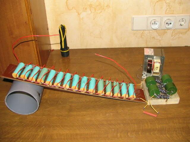 На схеме: все кондёры 2200пф 25КВ, 15ступеней (показано только 4), все резюки 1МОм высоковольтные.