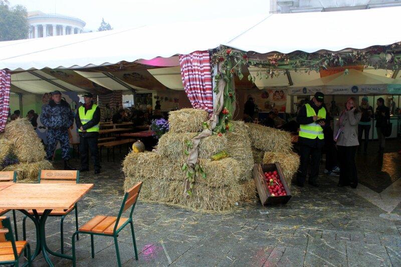Вход в главный шатер Жовтень Fest