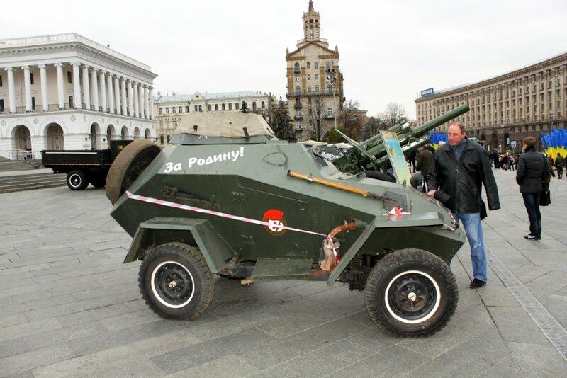 Ряд военных автомобилей на Майдане Незалежности