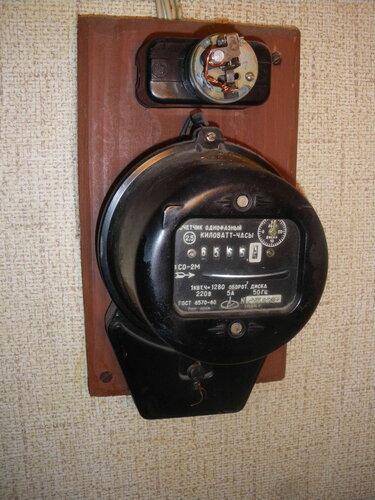 Фото 1. Комнатный щит и повреждённый предохранитель автоматический резьбовой (ПАР).