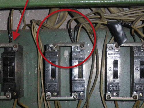 Фото 2. Стрелкой указан аварийный участок электроустановки, по поводу проблем с которым заказчики вызвали электрика нашей аварийной службы. В круге - аварийный участок электроустановки соседей.