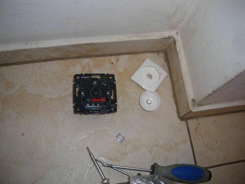 Фото 4. Детали демонтированного димера «Легран» («Legrand»). Красная деталь на корпусе диммера - держатель предохранителя.