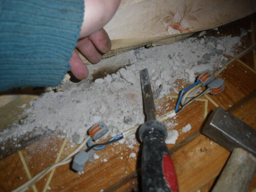 Фото 12. Выдалбливание в стене ниш для укладывания клеммников.