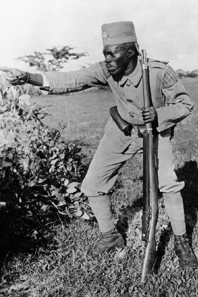 Bundesarchiv_Bild_105-DOA3121,_Deutsch-Ostafrika,_Askari2.jpg
