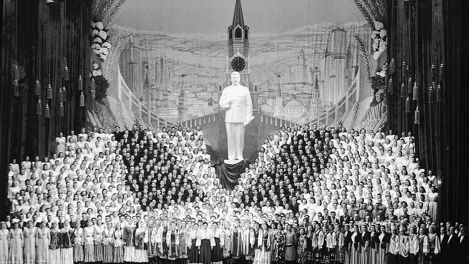 1949 На сцене Большого театра — Песня о Сталине. Евгений Халдей.jpg