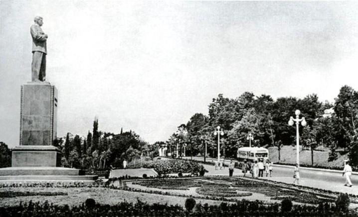 Сочи. Памятник Сталину в районе сочинского цирка на Курортном проспекте.jpg