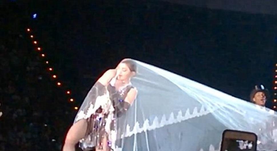 У Мадонны снова конфуз на сцене - вина на фате