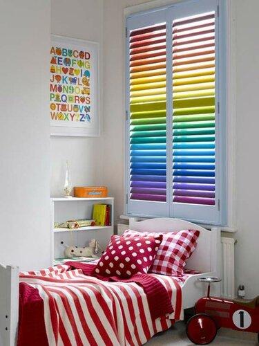 Яркий интерьер в стиле радуги