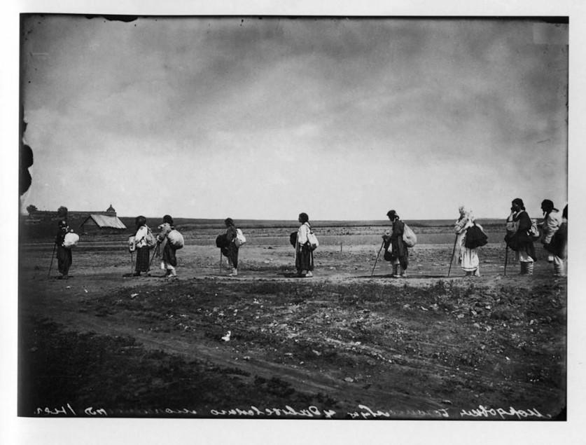 Богомолки-мордовки, направляющиеся в Серафимо-Дивеевский женский монастырь. 1904 г. Негатив 18 ? 24