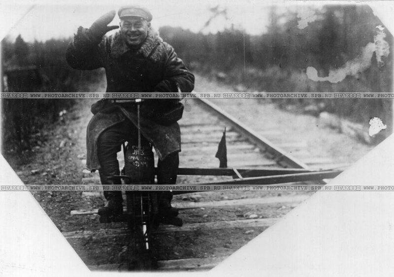 Попов П.М. - боец красноармеец, солдат железнодорожной части на восстановлении железно-дорожного пути у ст. Кобоны. 1943 г.