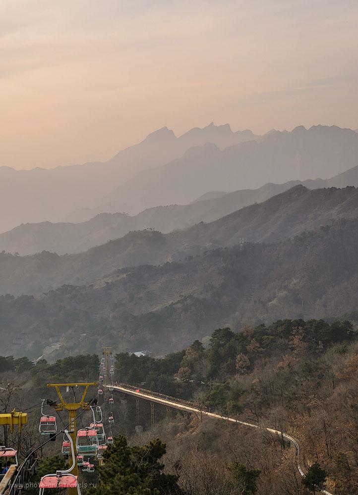 Фото 4. Как доехать из Пекина на участок Мутяньюй (Mutianyu Great Wall). Прямо - канатка, справа - вторая канатка еле видна. Змейка - тобогган на Великой Китайской Стене.