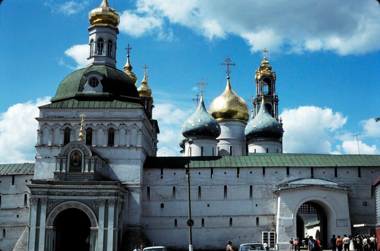 Загорск. Ворота церкви Михаила Архангела, справа колокольня Успенской церкви
