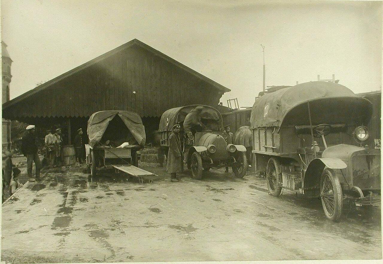 Первая автомобильная санитарная колонна на станции. Местечко Клевань, Волынская губ. 1914