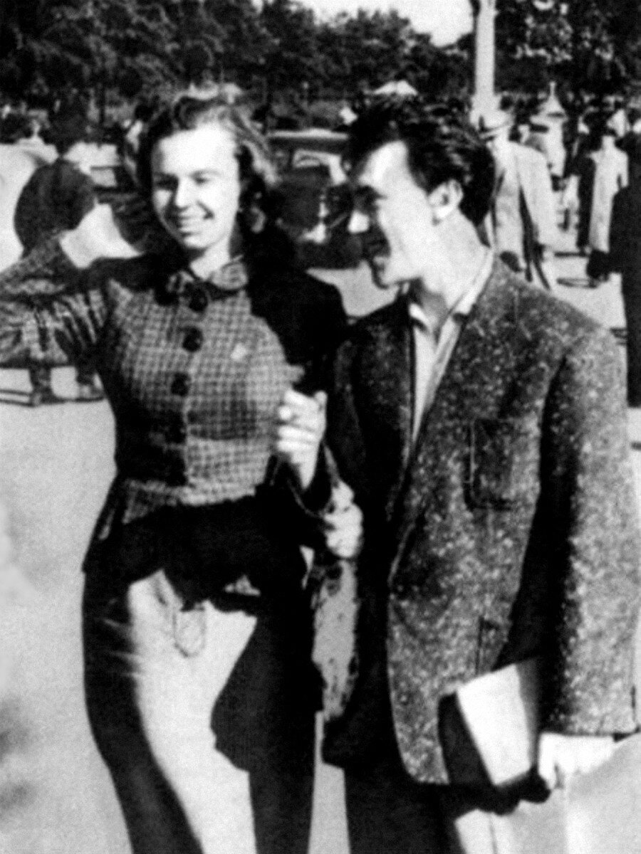 1957. Иза Жукова и Владимир Высоцкий в Сокольниках на Американской выставке