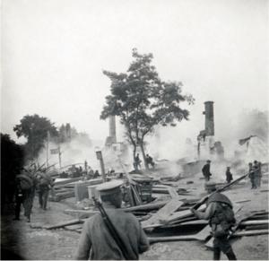 10. 1914. Солдаты Гроховского полка проходят через соженное местечко. Польша. Сентябрь