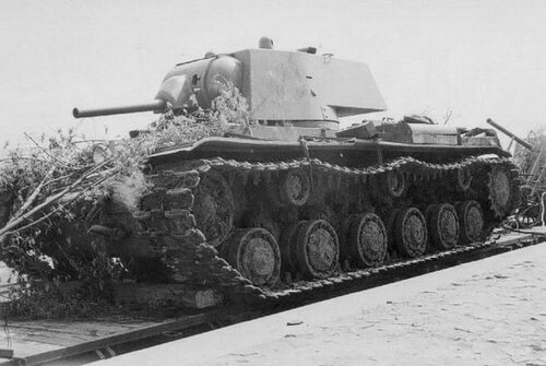 Танк КВ-1 захваченный на ж/д платформе.