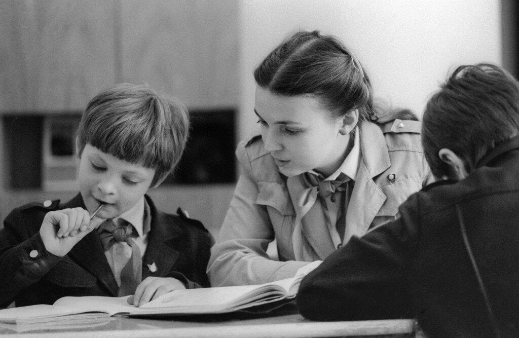 Пионервожатая помогает ученику 5-го класса решить сложную задачу по математике, 1987 год
