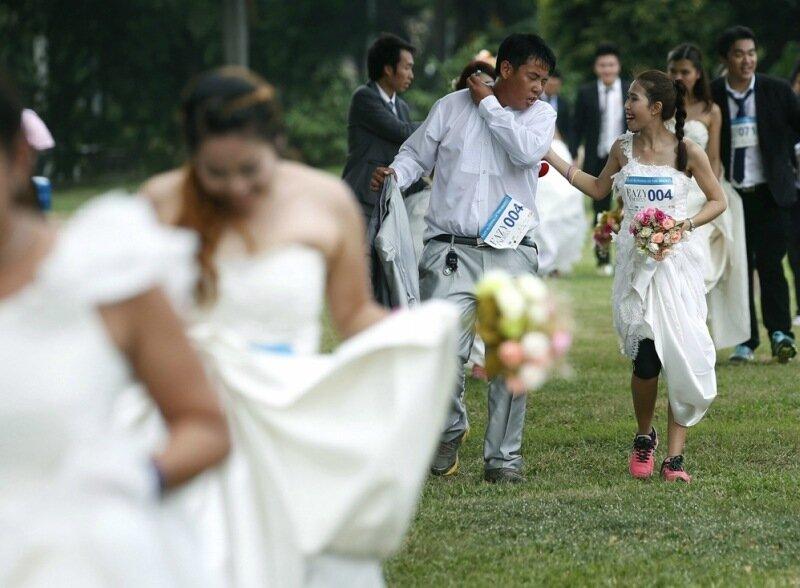 Невесты в Таиланде устроили забег в платьях, чтобы заработать на свадьбу