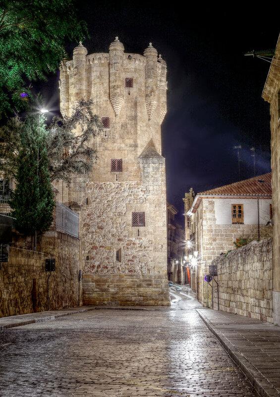 Ночная Саламанка. Башня Клаверо (Torre del Clavero). HDR