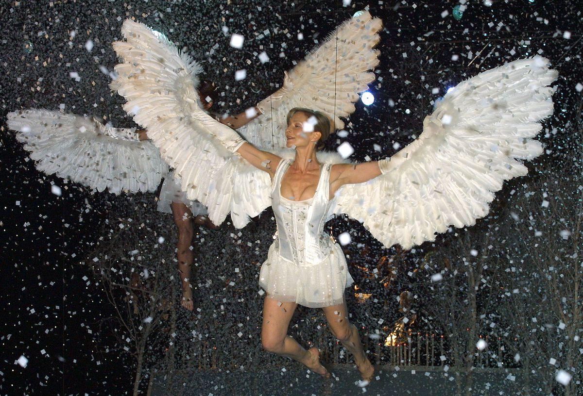 7. В 2001-м постановщики шоу очень увлеклись ангельской темой…