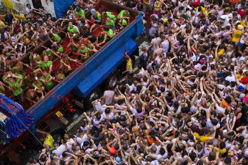 Тысячи людей в красных лужах на фестивале Томатина в Буньоле