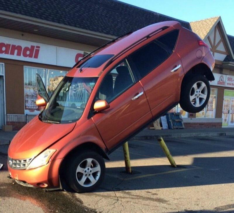 Как машина залетает на металлические столбы парковки